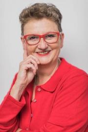 Viktoria-Behr-Portrait-Ilona-rote-Brille-1